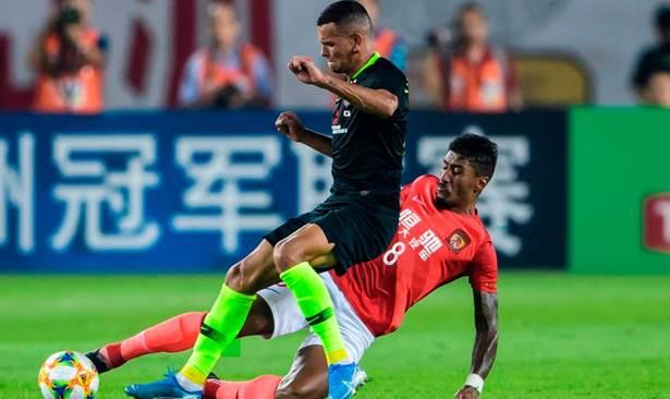 إيفرتون لاعب أوراوا وتدخل على الكرة مع باولينيو لاعب غوانغجو
