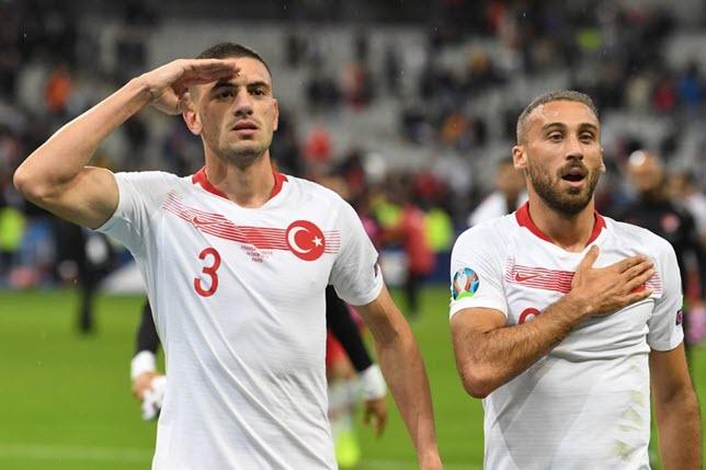 لاعبو منتخب تركيا يؤدون التحية العسكرية