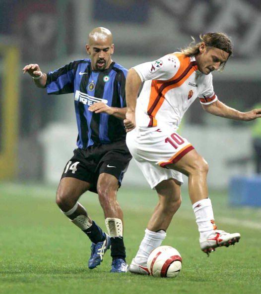 توتي ضد فيرون من مباراة فوز روما بثلاثة أهداف لهدف على إنتر ميلان في أبريل 2007