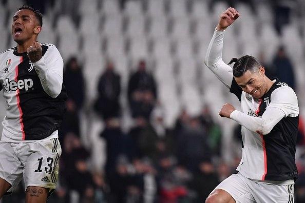 رونالدو يحتفل بالانتصار مع زملائه في يوفنتوس