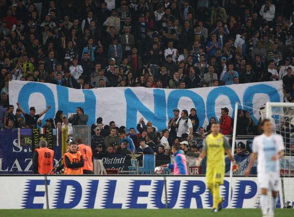 جماهير لاتسيو أثناء الاحتفال بخسارة فريقها ضد الإنتر في 2 مايو 2010