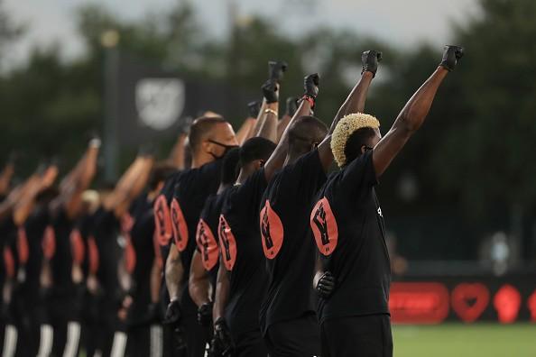 القبضة الشهيرة تعود في أمريكا لإنهاء الظلم العنصري