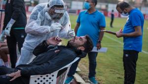 شريف إكرامي يجري المسحة الطبية