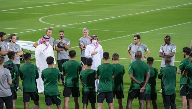 عبدالعزيز الفيصل مع لاعبي المنتخب السعودي